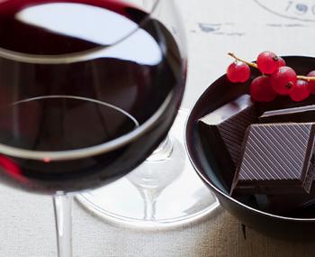 В борьбе с вирусами поможет шоколад и красное вино заявили ученые