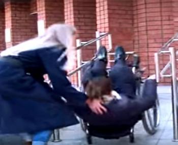Министр туризма Бурятии протестировала пандусы для инвалидов на себе