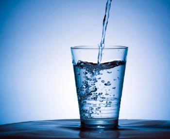 Вода из пластиковой бутылки убивает