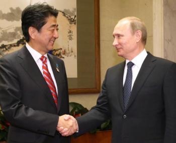 Абэ хочет пригласить Путина на Родину