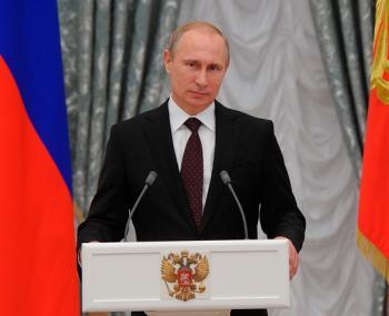 Стальные нервы: реакция Путина на падение подноса с бокалами