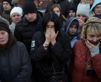 Люди оплакивают погибших в Кемерово