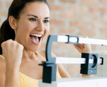 Девушка радуется своему похудению к лету