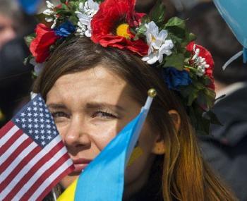 Девушка на митинге с флагами Америки и Украины