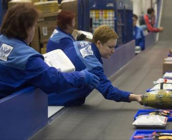 Почта России накажет сотрудника, который швырял посылки