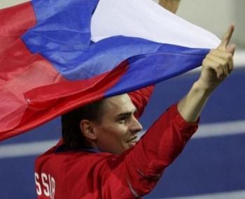 российский спортсмен с флагом России