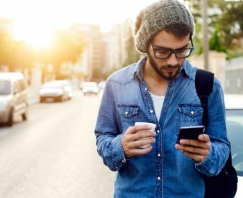 парень с мобильным телефоном