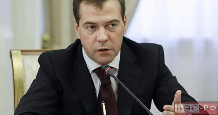 Медведев запретил госзакупки иномарок