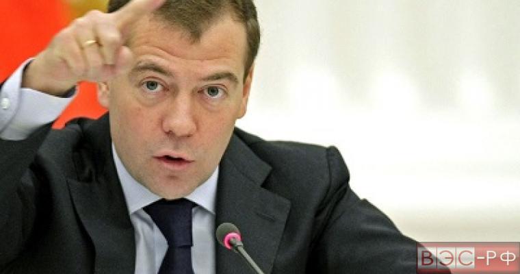 Санкции заставляют увеличить расходы по обороне и безопасности РФ - Медведев