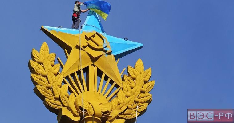 Группа молодых людей вывесили ночью флаг Украины на шпиле  сталинской высотки