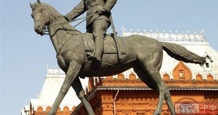 Водитель Жигули протаранил памятник Жукову в Москве