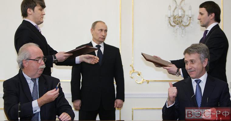 Путин наградил президента Total