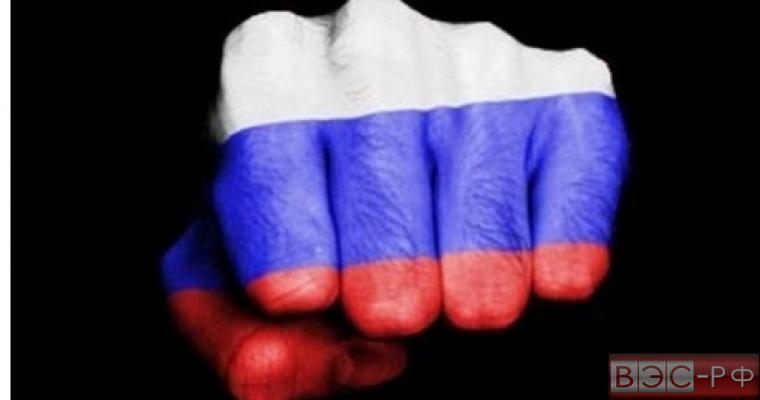 Кулак с флагом России