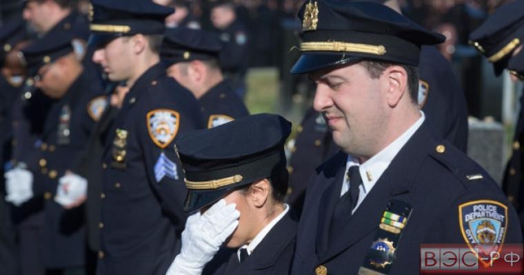 Глава полиции Нью-Йорка пытается поддержать мэра
