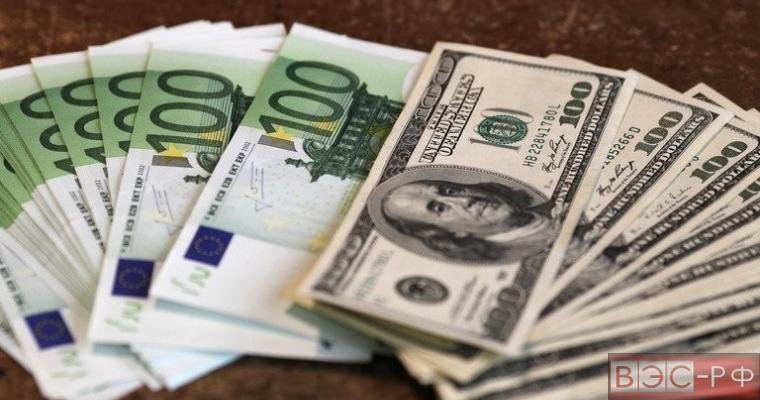 Доллар дешевеет, евро упал до минимума сентября 2003 года