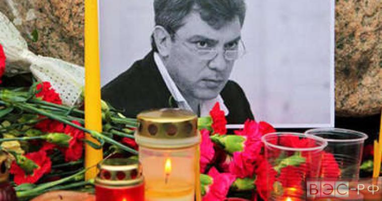 цветы и свечи у фотографии политика