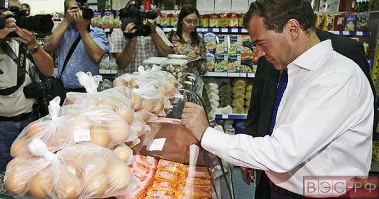 Медведев поручил предусмотреть дополнительную индексацию соцвыплат