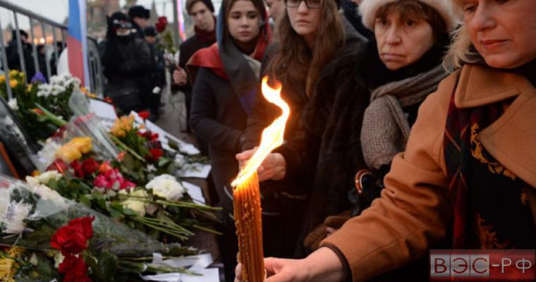 Люди образовали стихийный мемориал на месте гибели Немцова