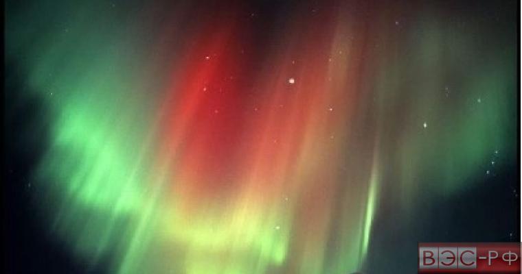 Красивое северное сияние сфотографировали с Земли и из космоса