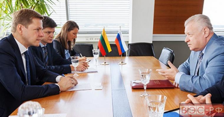 Скандал: мэр Вильнюса с негодованием отказался принять у посла России бутылку «Путинки»