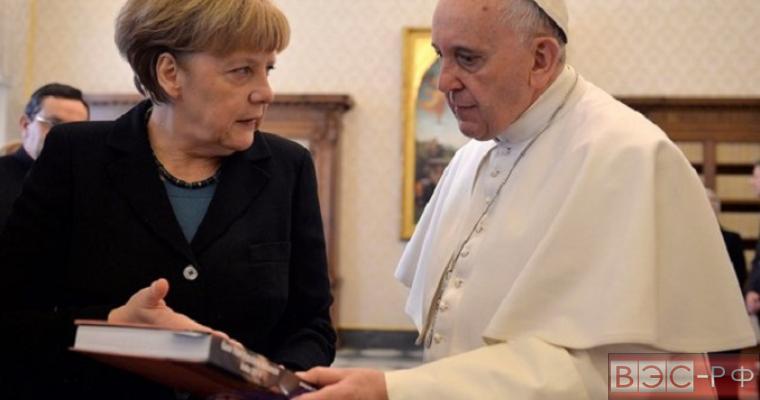 """Папа Римский разгневал Меркель сравнением с """"бесплодной женщиной"""""""