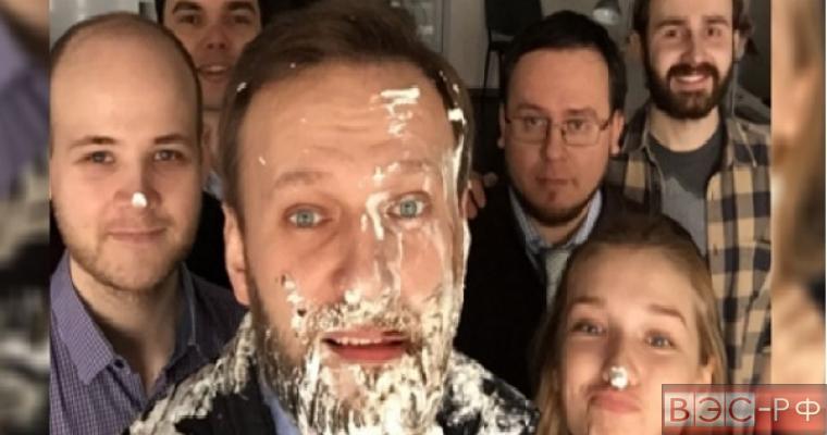 Навального закидали тортами