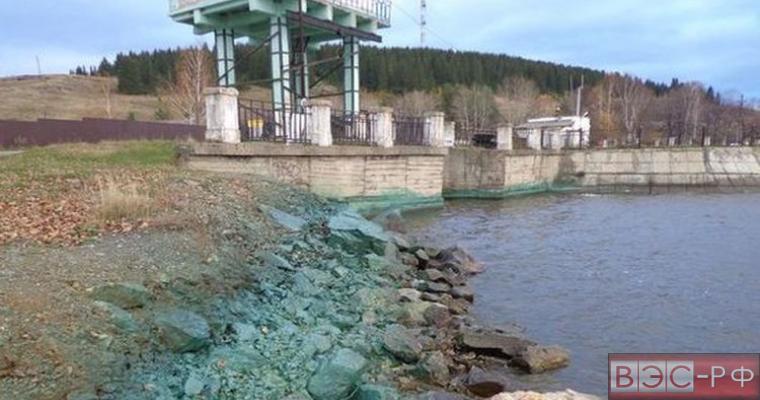 загрязнённый берег Черноисточинского водохранилища