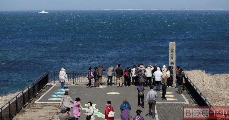 японцы смотрят на Курилы