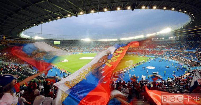Футбольный стадион, люди машут российскими флагами