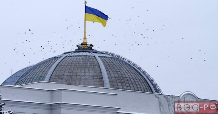 флаг над зданием верховной рады на Украине