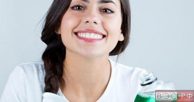 Девушка с ополаскивателем рта