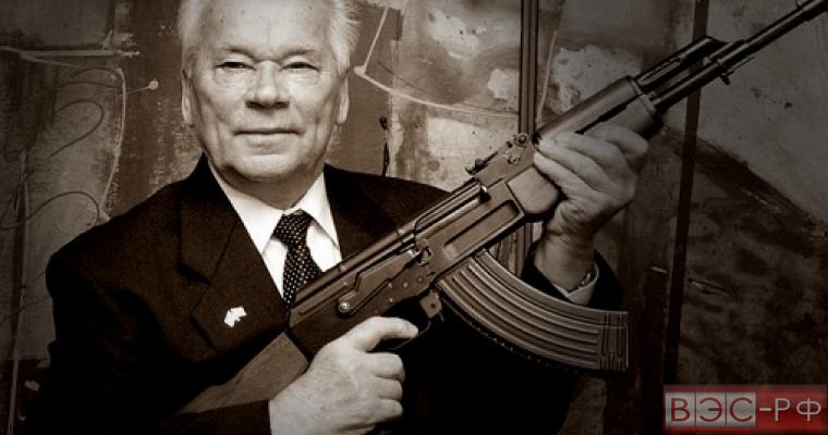 Михаил Калашников с автоматом АК-47
