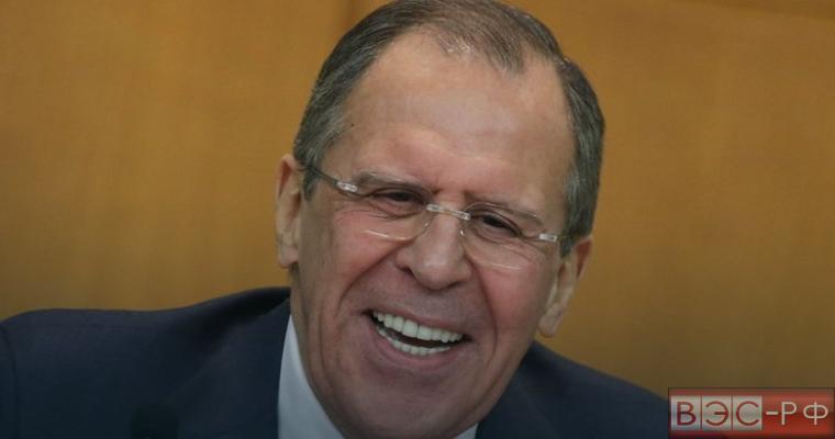 Сергей Лавров вручил журналистам две бутылки водки
