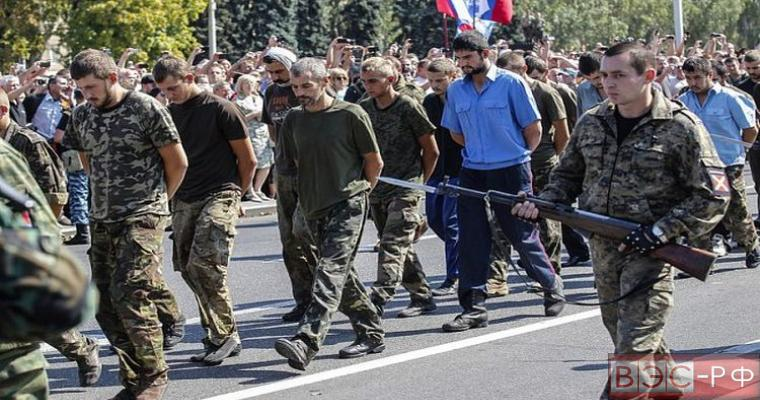 пленные бойцы АТО идут по улицам Донецка
