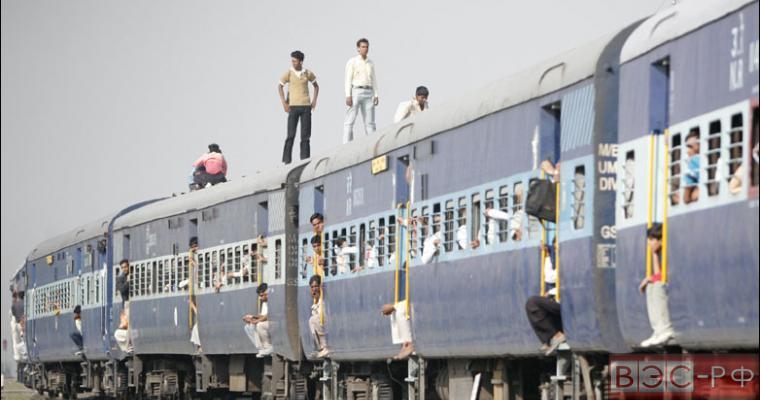 Несколько человек стоят на крыше поезда