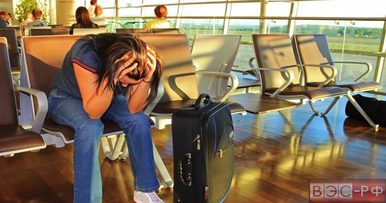 турист в аэропорту ожидает свой вылет